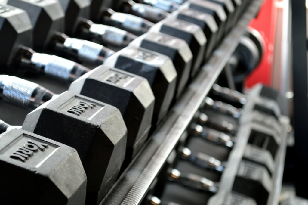 Free fitness videos (picture of dumbbells lined up in a row)